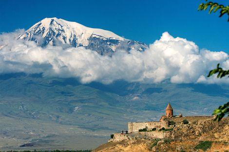 Monasterio de Khor Virap (s. VII d. C.), levantado a la sombra del monte Ararat (Armenia). MrAndrew47 [CC-BY-SA-3.0], via Wikimedia Commons
