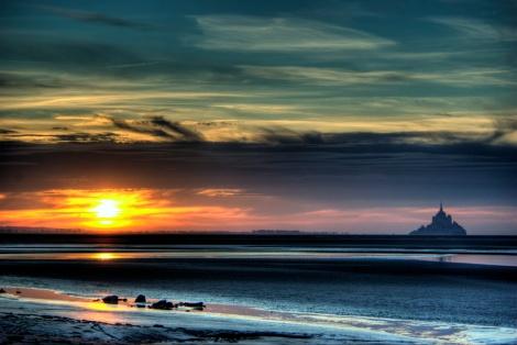 El Monte Saint-Michel (San Miguel), erigido sobre un islote de granito situado en el centro de una inmensa bahía bañada por las mayores mareas de Europa.  Autor: leniers
